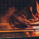 Tomahawk Steak in heißer Flamme auf dem Grill