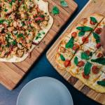 Zwei Pizzen auf verschiedenen Pizzasteinen