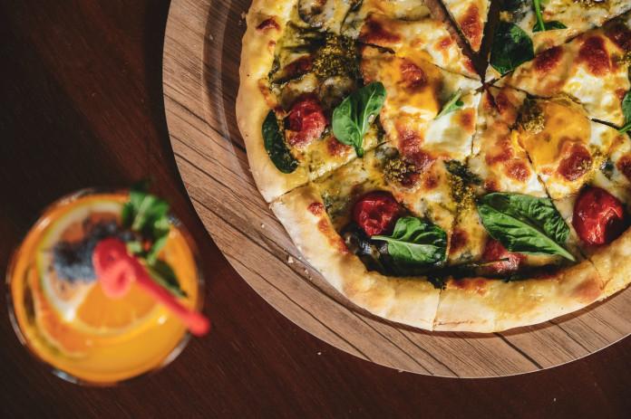 Pizza auf einem Pizzastein